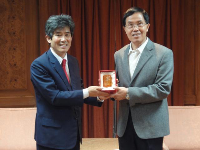 教育部體育署王副署長水文(右一)致贈紀念品給亞太聽障運動總會主席卞勝一(右二)。