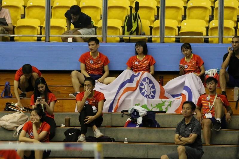 台灣隊雖以1比3不敵俄羅斯,但場邊選手化身加油團鼓舞士氣。(圖/賽會提供)