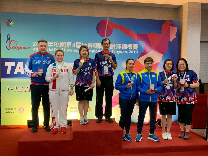 林香孜(左三)和林雅琴(右二)站上頒獎台,教練周妙玲(右一)、高海源(左四)一同受獎。圖/中華聽障者體育運動協會提供